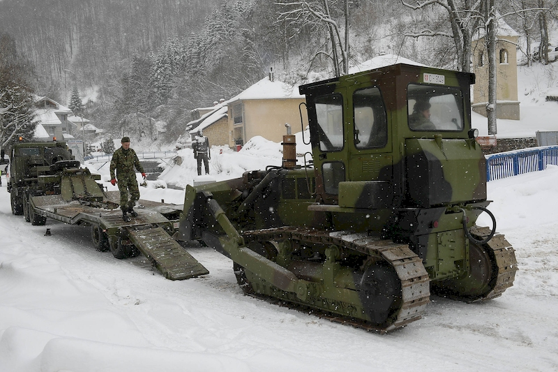 Army helping to clear snow in Crna Trava